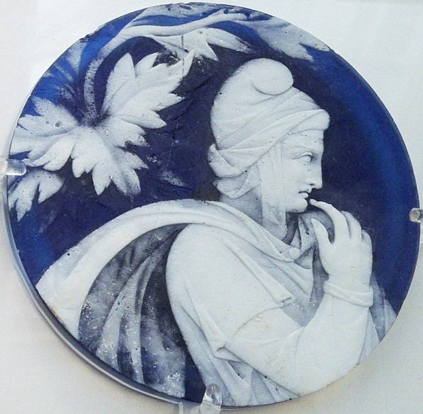 パリスの審判 Cameo glass disc with the head of a young man