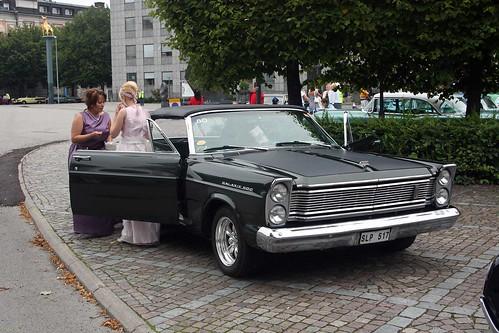 Långa klänningar i 1965 Ford Galaxie Convertible.