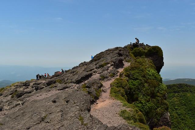 韓国岳 断崖絶壁の山頂