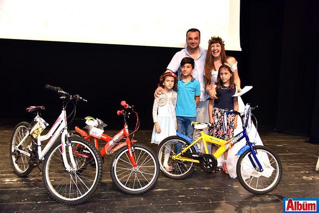 Mehmet Erken, Nilbanu Engindeniz ve öğrenciler Albüm'e poz verdi.