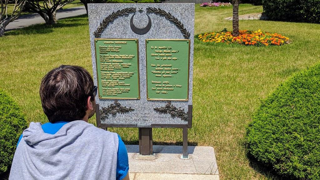土國遊客駐足紀念碑閱讀詩篇