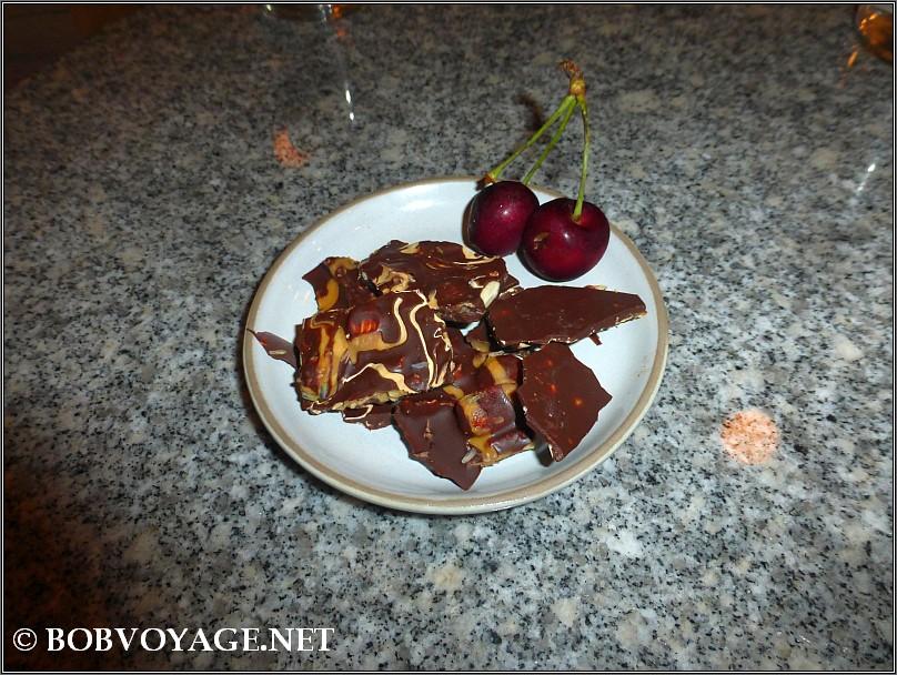 שוקולד שברים ודובדבנים טריים ב- באנה