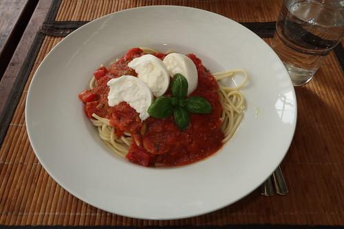 Kalte Spaghetti mit kalter Tomatensoße und Burrata