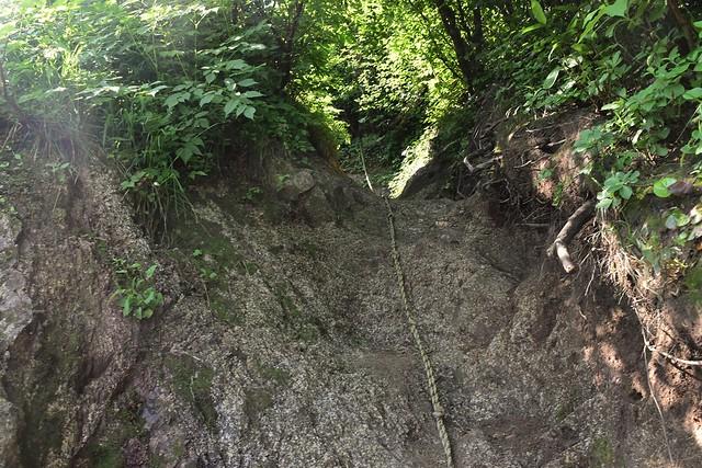 二王子岳 岩場のロープ