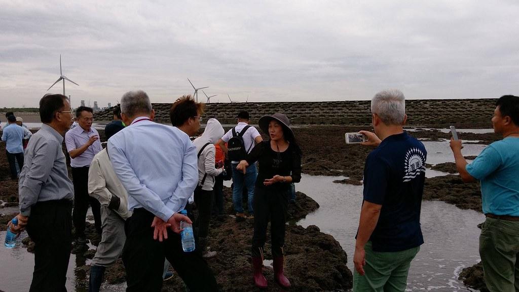 「藻礁媽媽」劉靜榆博士向會勘的人士詳盡解說著藻礁生態與生物多樣性。桃園海岸生態保育協會 攝