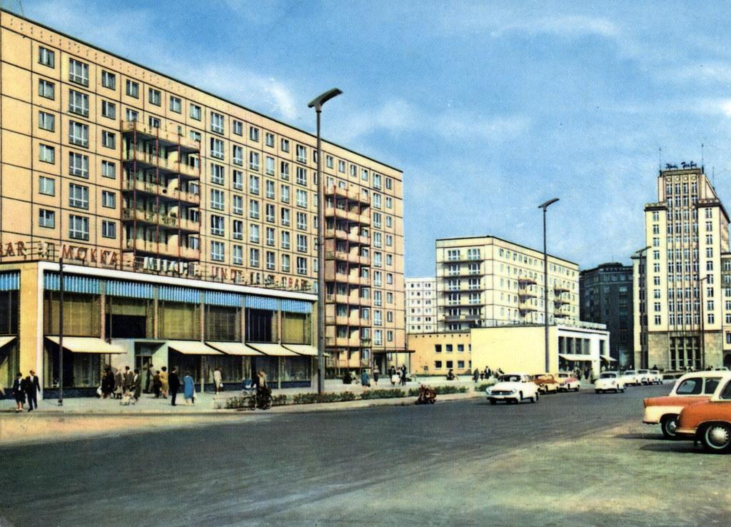 Carte postale représentant la Karl Marx Allee à Berlin dans les années 1960/1970.