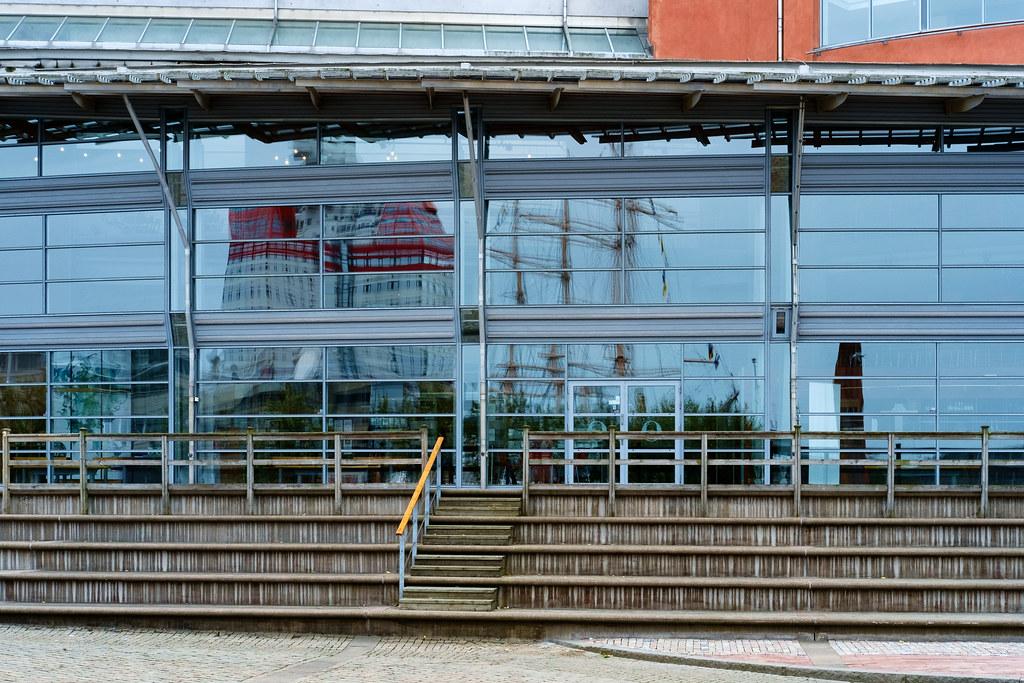 Göteborg   Spiegelung vom Lippenstift-Hochhaus im Fenster de…   Flickr