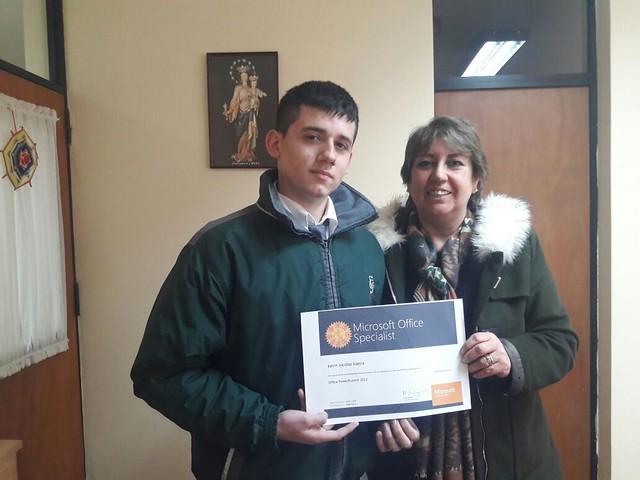 Alumno Kevin Baeza Guzmán junto a la Rectora.