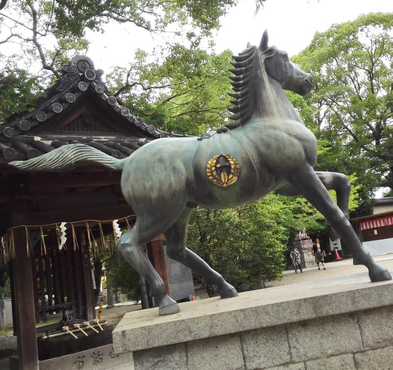 競馬ファンの聖地 藤森神社 堂々たる馬の像