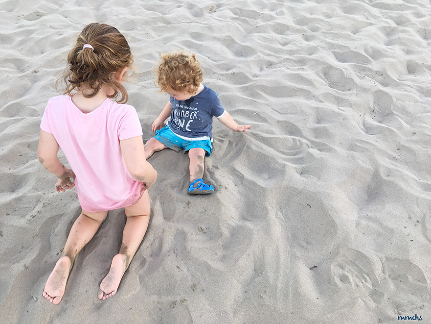 jugando en la arena de la playa