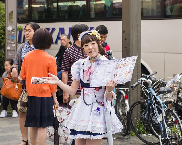 Una de las sirvientas del cafe de Akihabara en la calle