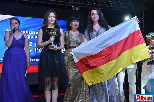 """""""O Ses Rusya"""" yarışmasının finalisti Kmilla Kusova"""