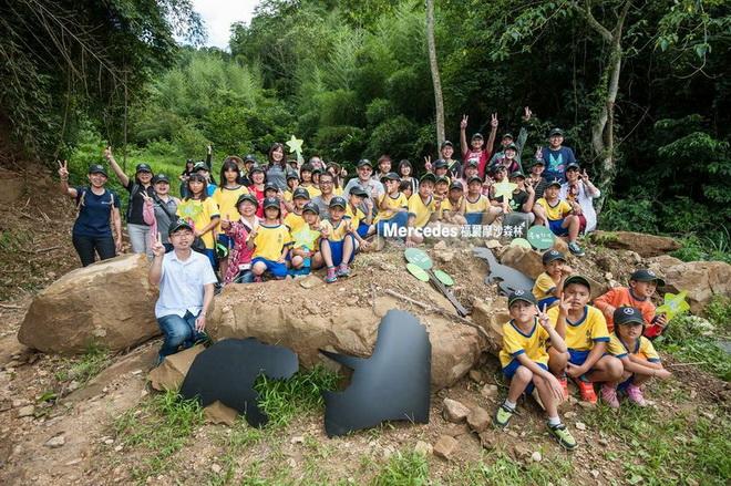 台灣賓士總裁邁爾肯偕同員工與喜馬拉雅自然文明保護協會理事長楊文德帶領泰興國小全校45名師生親手實作,感受大自然的生命力。