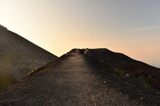 高千穂峰・馬の背 火口の稜線
