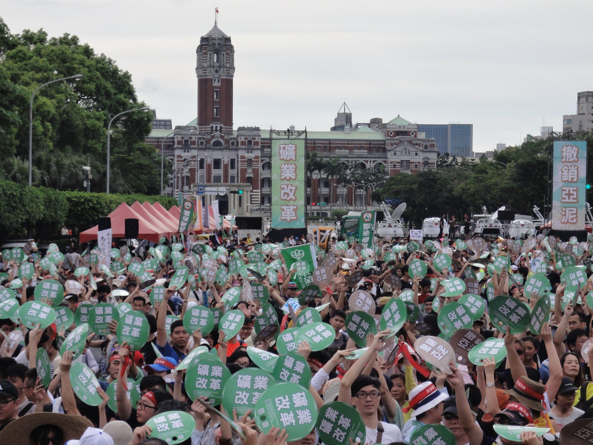 群眾在總統府前高喊「礦業改革、撤銷亞泥」。(攝影:張智琦)