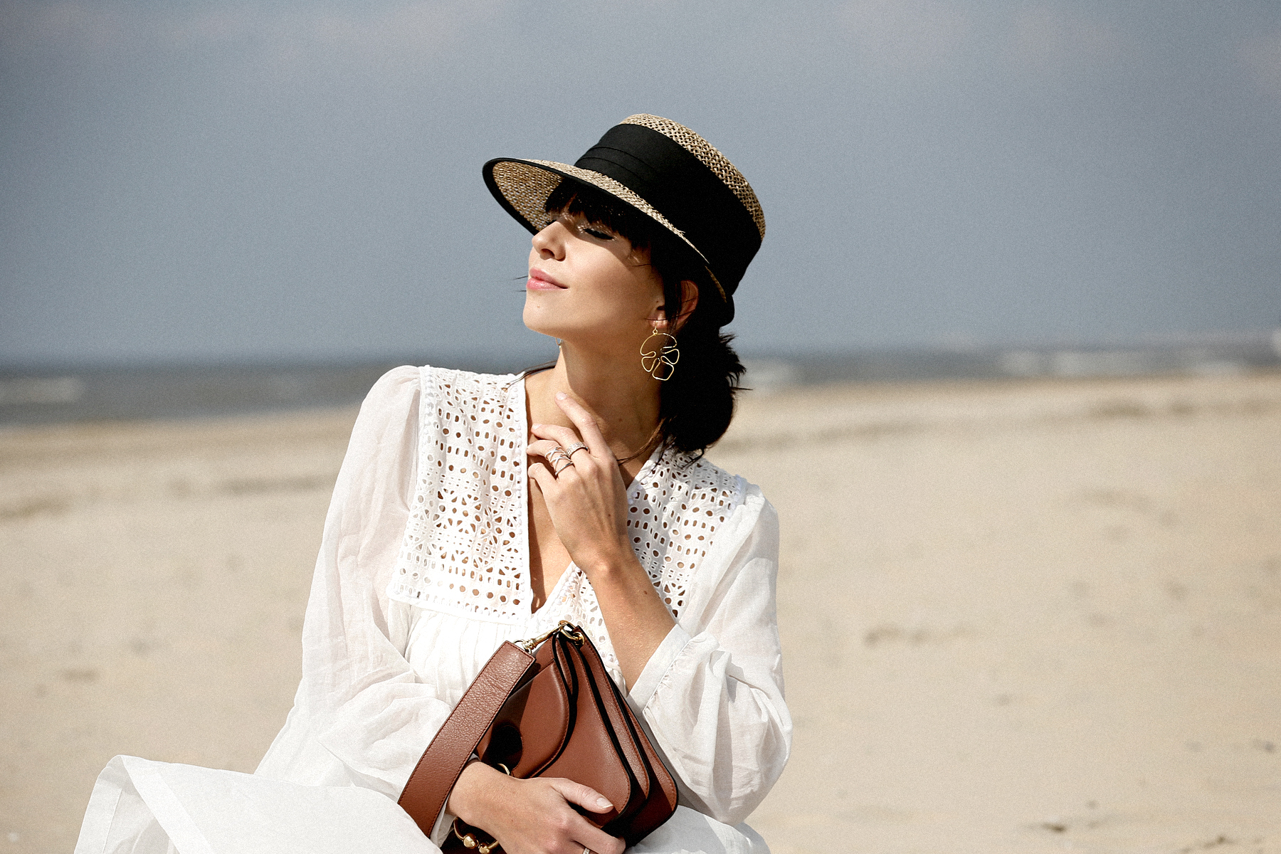 breuninger beach white dress closed j.w.anderson pierce bag straw hat summertime sunshine photography editorial vogue fashionblogger düsseldorf cats&dogs blog ricarda schernus modeblogger 3