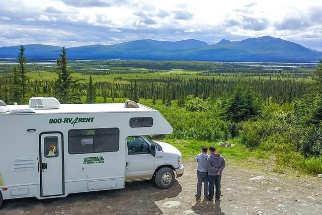 Sele e Isaac con nuestra caravana en Alaska