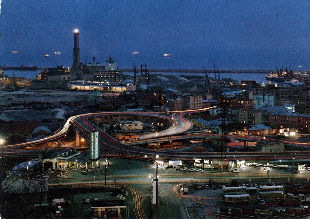 Port industriel de Gènes de nuit. Années 1970.