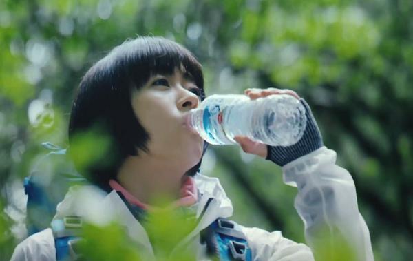 「サントリー天然水」をひと口飲む宇多田ヒカル