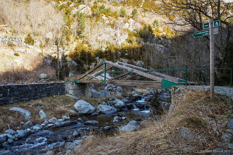 Puente de madera sobre el río Freser en Daiò de Baix