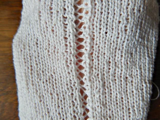 Белый свитер из хлопка, ажурная дорожка на лицевой глади. | White cotton sweater in stockinette with a lace decorative element.