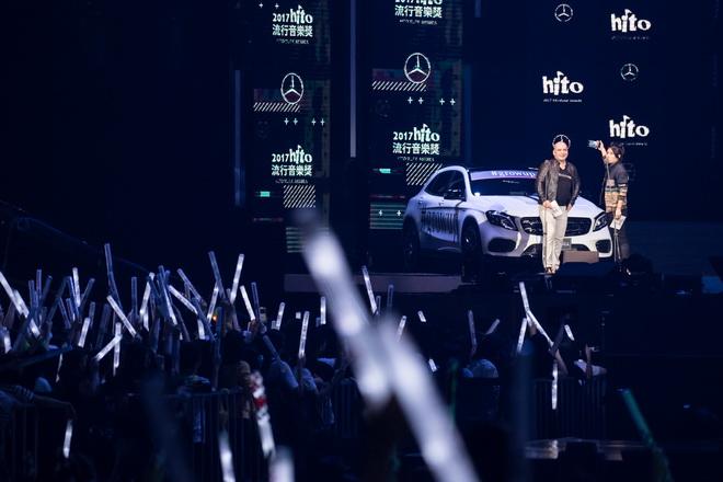 台灣賓士轎車行銷業務處的副總裁何睿思Mr. Markus Henne與Miss Ko葛仲珊合力介紹全球持續延燒的Mercedes-Benz「Grow Up. 像你的樣」,並與觀眾一同玩自拍