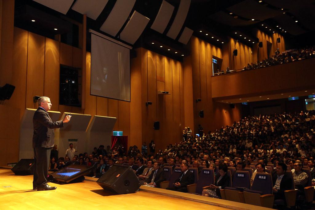 2017 世界趨勢大師湯馬斯‧佛里曼訪台論壇今(22)日於新北市政府進行論壇演講,吸引近一千二百位聽眾踴躍出席,和現場來賓交流、討論台灣的未來。