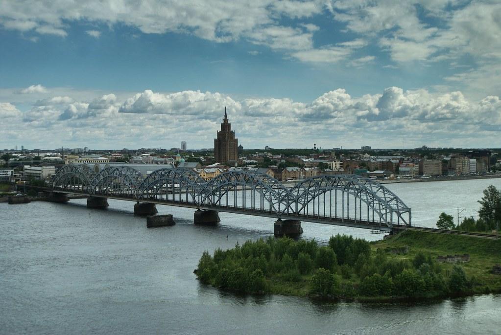 Vue sur le palais de la culture et des sciences à Riga depuis la Bibliotheque Nationale de Lettonie à Pardaugava.
