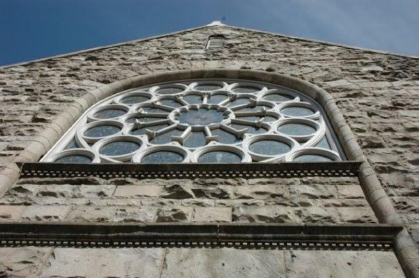 First Unitarian Church的玫瑰窗外觀(圖片取自:First Unitarian Society of Denver 臉書粉絲頁)