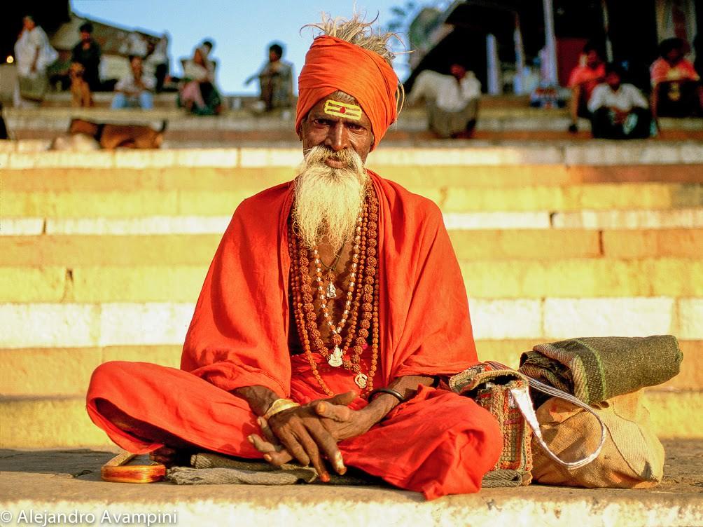 Sadhu contemplando el amanecer en un Ghat en Varanasi