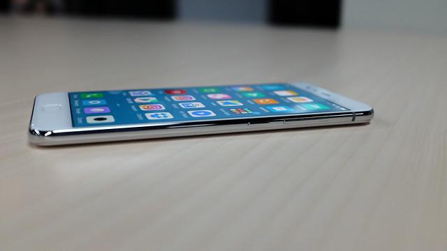 Sisi kiri Xiaomi Mi 6