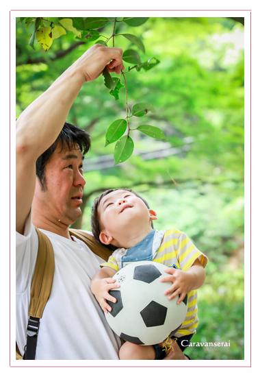 家族写真のロケーション撮影 子供 サッカーボール 森林公園(愛知県尾張旭市 名古屋市)撮り方 服装カジュアル 屋外 緑と一緒に 人気 オススメ データ納品