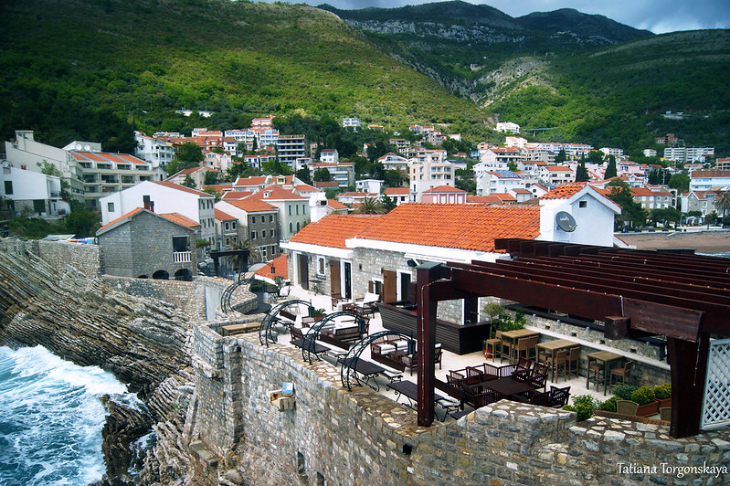 Крепостные стены и город за ними