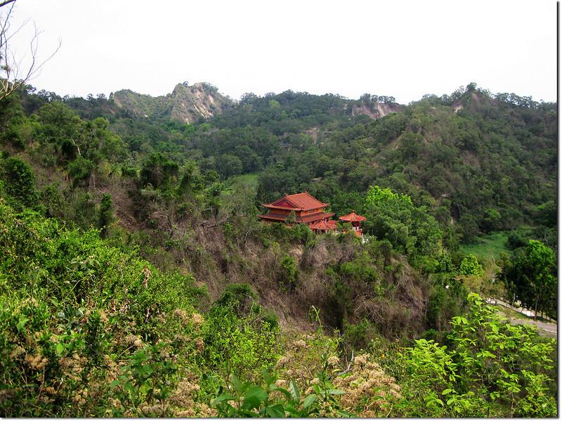 長野山稜線俯瞰龍華修齊堂(濟公廟)