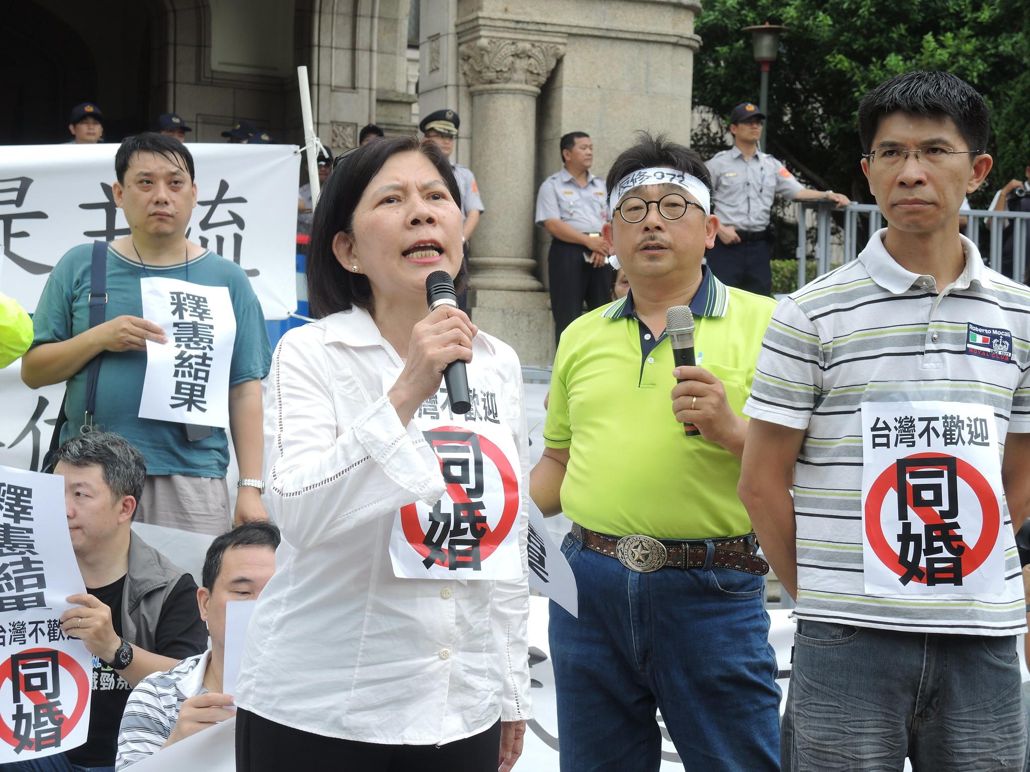 下福盟抗議大法官釋憲,高呼「台灣不歡迎同婚」。(攝影:曾福全)