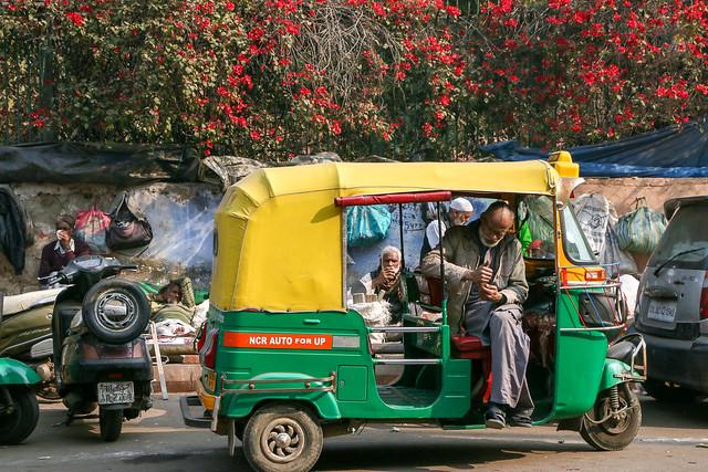 A rickshaw in Old Delhi, India オールド・デリー 休憩中のオートリキシャー