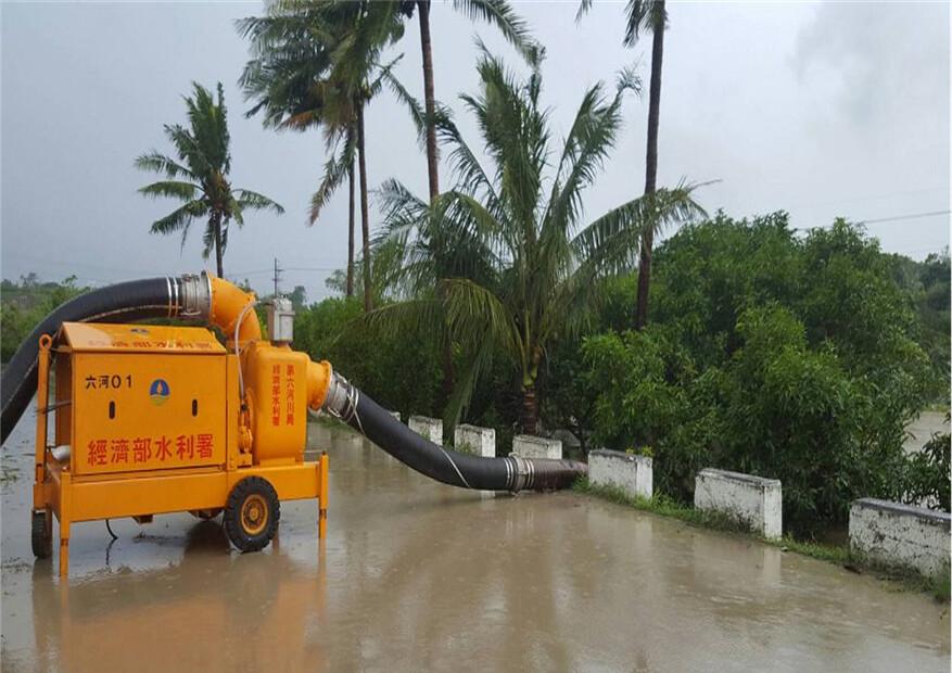 0601水災。水利署第六河川局大型移動式抽水機待命救災。圖片來源:水利署提供。