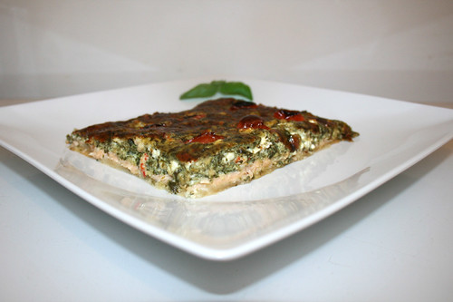 07 - Cream spinach curd quiche with smoked salmon - Side view / Rahmspinat-Räucherlachs-Quiche - Seitenansicht