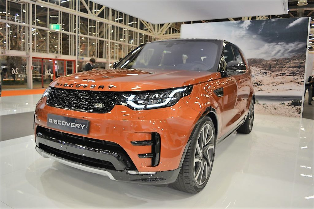 2017-Land-Rover-Discovery-front-three-quarters-at-2016-Bologna-Motor-Show-1024x682