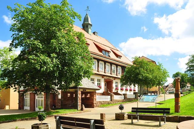Dobel im Nordschwarzwald hat eindeutig etwas Putziges. Das Ensenble aus Rathaus, Schule, Kirchlein könnte genau so auf einer Modell-Eisenbahnanlage stehen ... aber es ist Realität. Und eine empfehlenswerte Pizzeria gibt es gegenüber des kleinen Kurparks auch ... Foto: Brigitte Stolle, Juni 2017