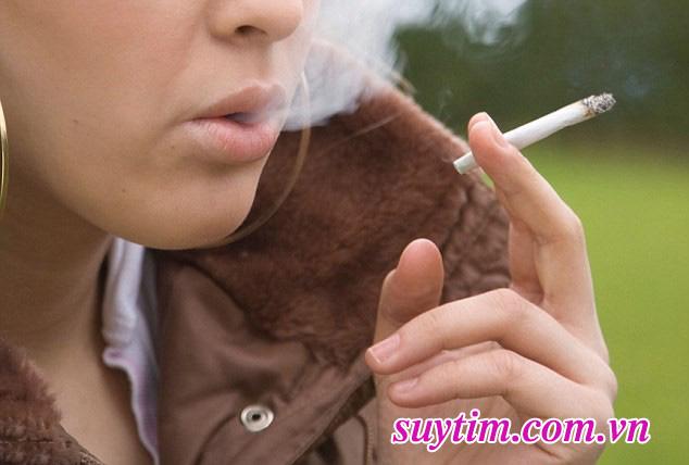 Nam giới hút thuốc lá nhiều hơn nữ giới, nên có nguy cơ mắc bệnh mạch vành cao hơn