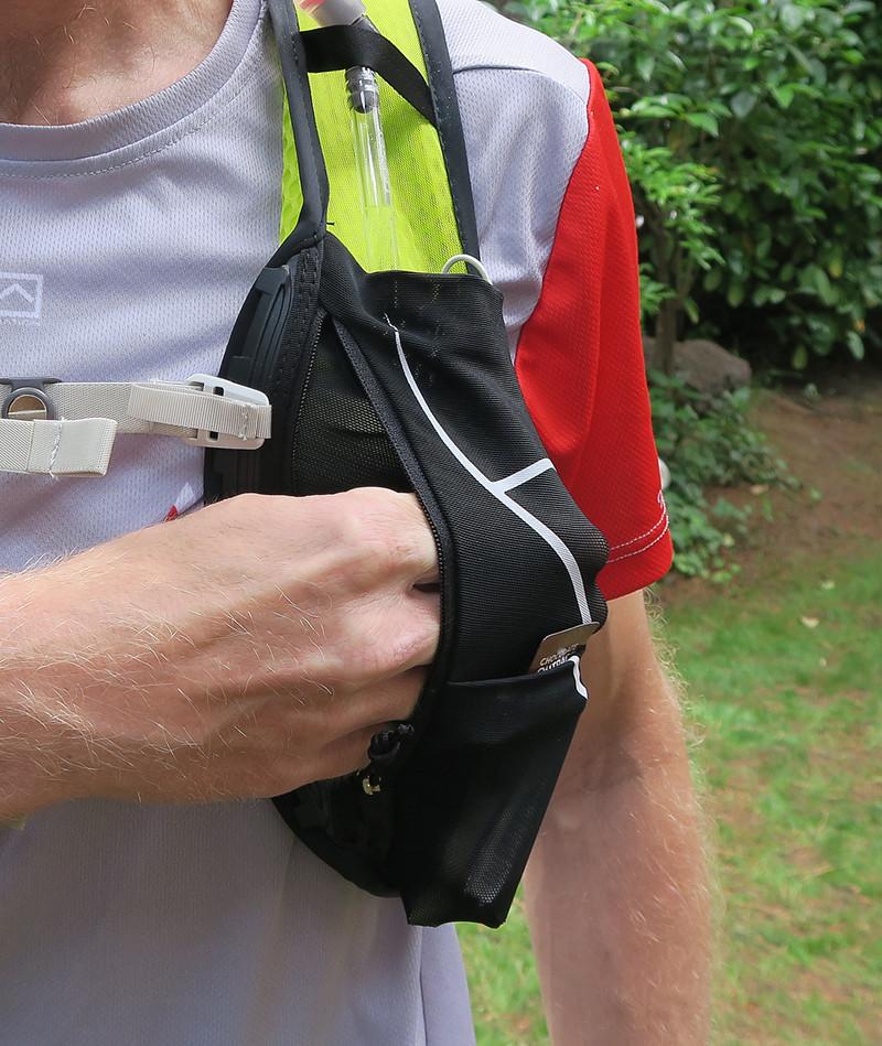 Ελαστική τσέπη με φερμουάρ στην αριστερή θήκη