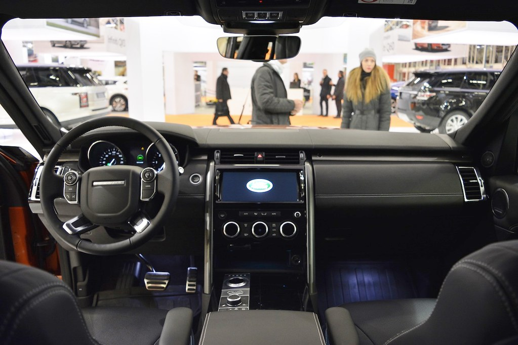 2017-Land-Rover-Discovery-interior-dashboard-at-2016-Bologna-Motor-Show