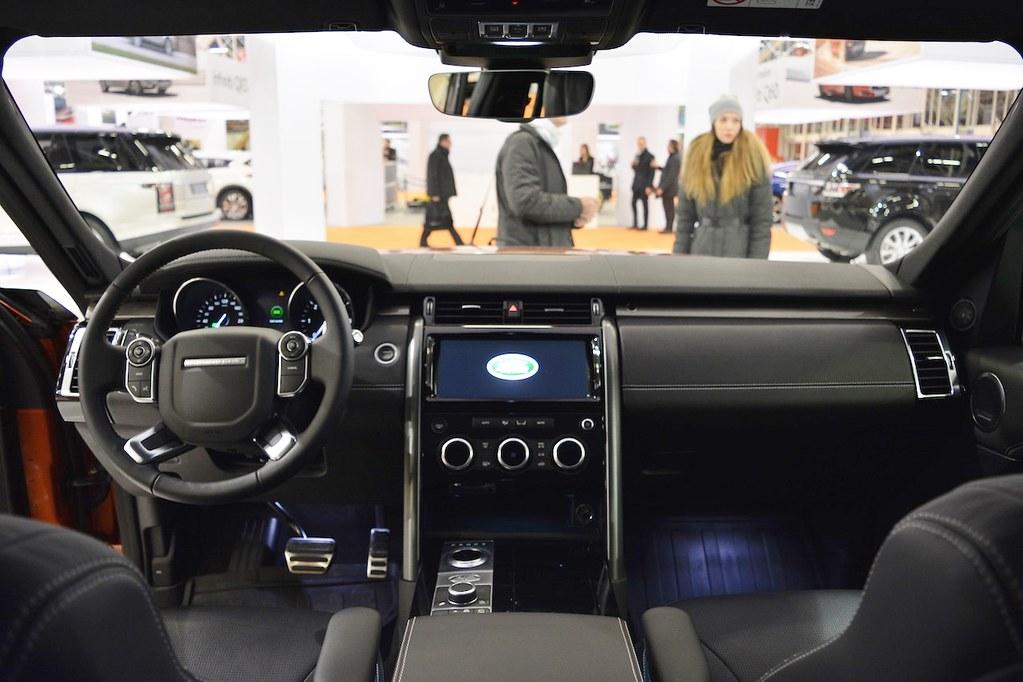 2017-Land-Rover-Discovery-interior-dashboard-at-2016-Bologna-Motor-Show