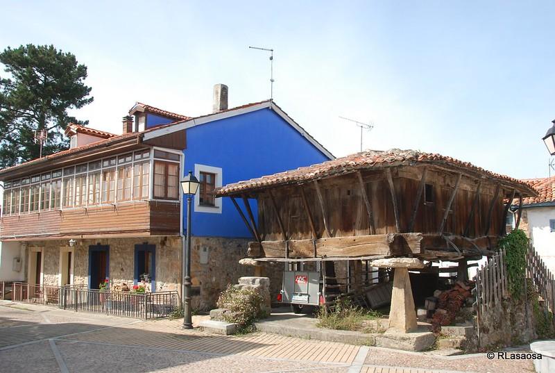 Hórreo y vivienda tradicional en Torazo