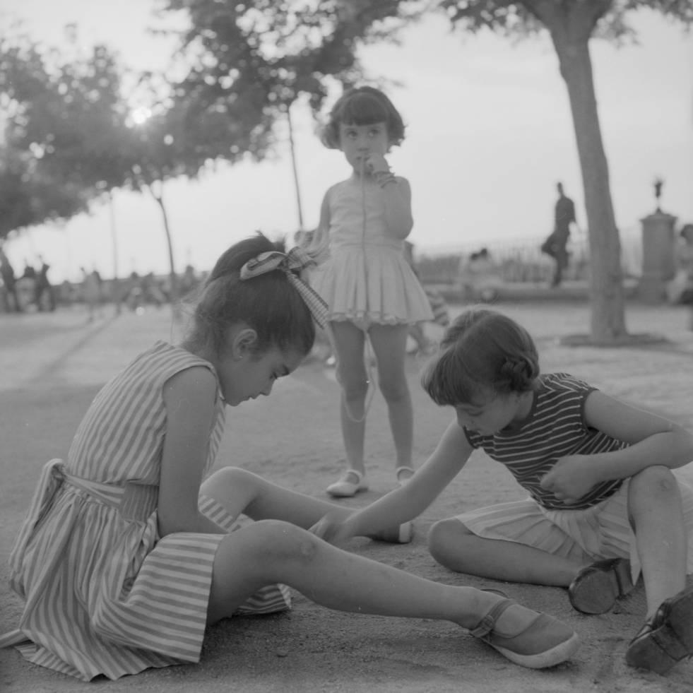 Niñas jugando en el Paseo del Miradero hacia 1960. Fotografía de Eugene V. Harris o Clarence Woodrow Sorensen © University of Wisconsin-Milwaukee/The Board of Regents of the University of Wisconsin System