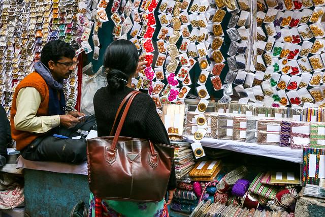 A button shop in bazaar, Old Delhi, India オールド・デリー バザールのボタン屋さん