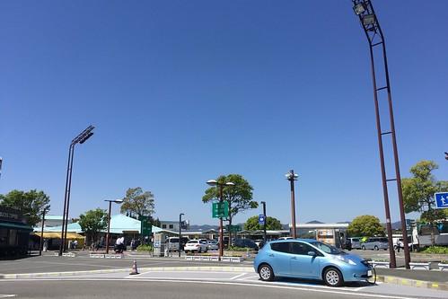 東名道 浜名湖SA(下り)で急速充電中の日産リーフ