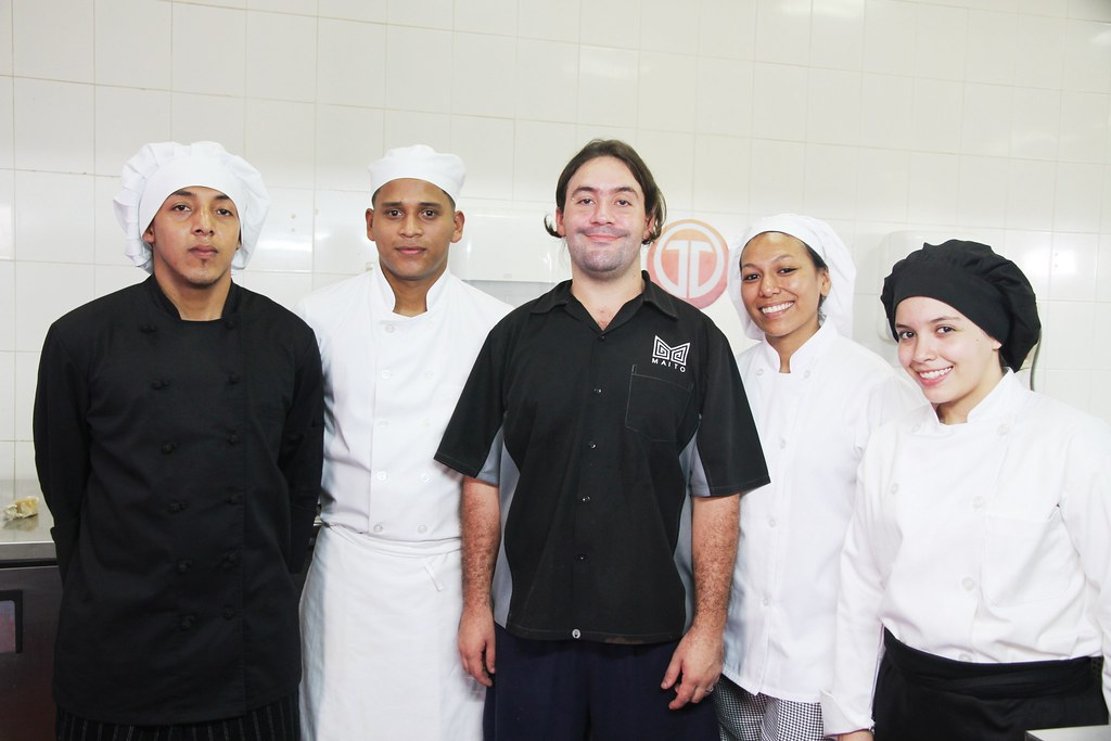 圖右三為Maito主廚兼餐廳老闆馬里奧.卡司特勇(Mario Castrellón)。圖片來源:US Embassy Panama(CC BY-ND 2.0)