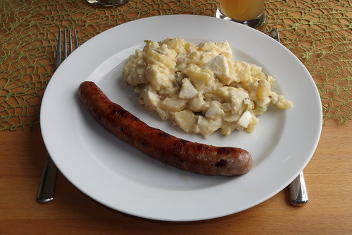 Kartoffelsalat mit frischer Bratwurst